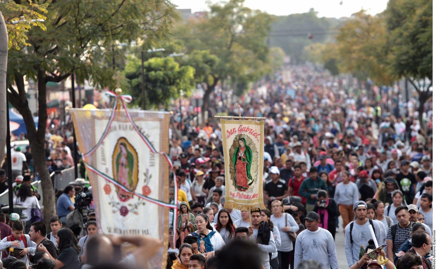 Miles de personas caminan hacia la Basílica de Guadalupe en Ciudad de México el 12 de diciembre