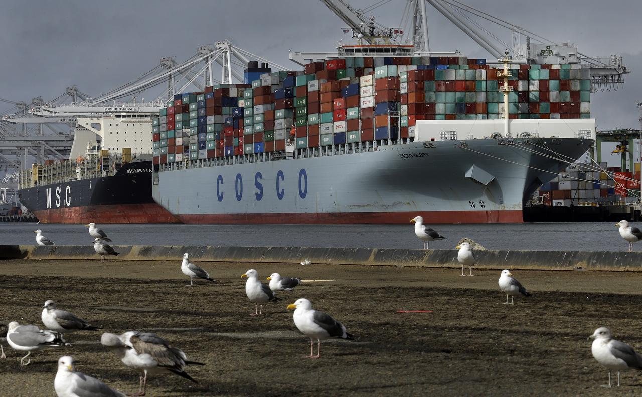 En esta foto del 3 de febrero de 2017 del portacontenedores chino Cosco Glory mientras es descargado en el puerto de Oakland, California. (AP/BEN MARGOT)