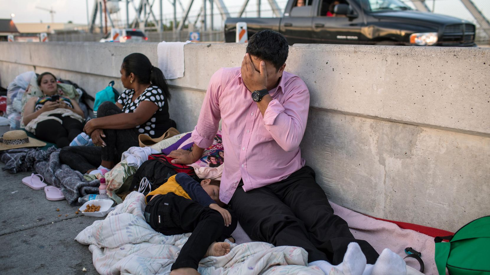 Un hombre hondureño y su hijo de 5 años esperan en el lado mexicano del Puente Internacional de Brownsville y Matamoros después de que se le negó la entrada a Estados Unidos, cerca de Brownsville, Texas. GETTY IMAGES