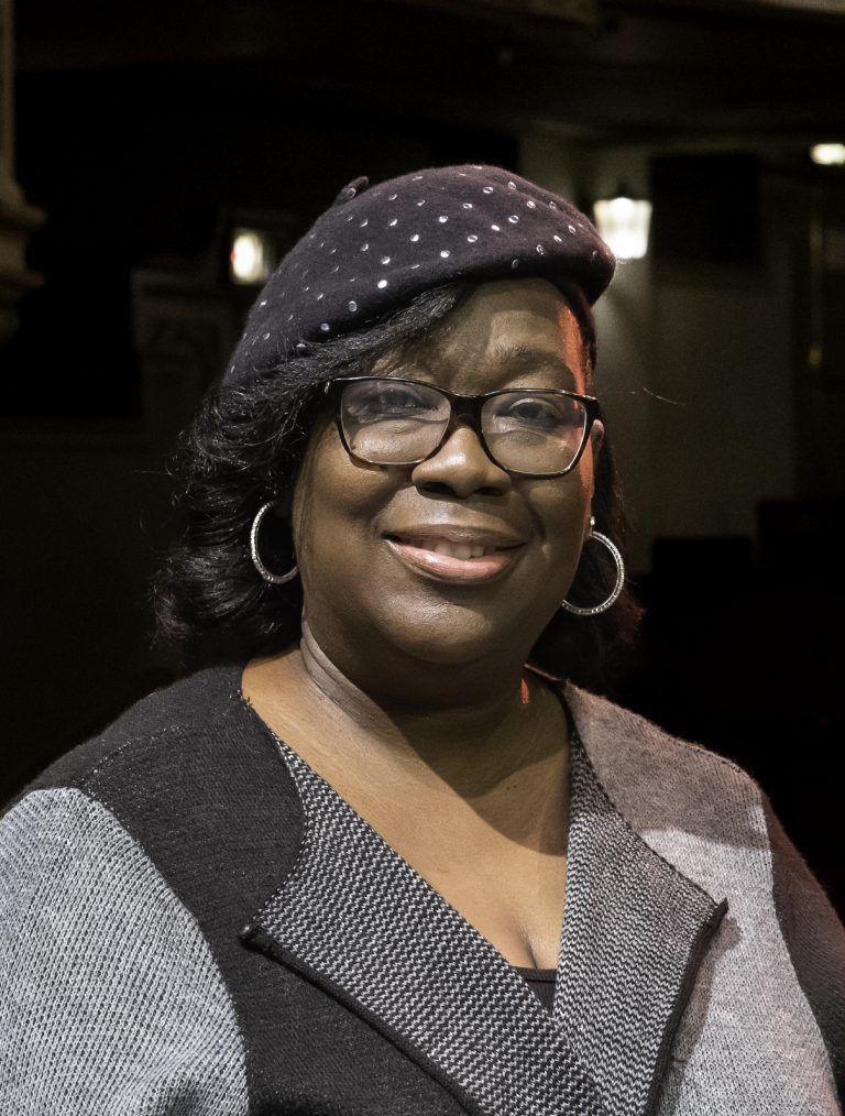 Rhonda Ivery es la primera Gerente de Artes de la Comunidad.