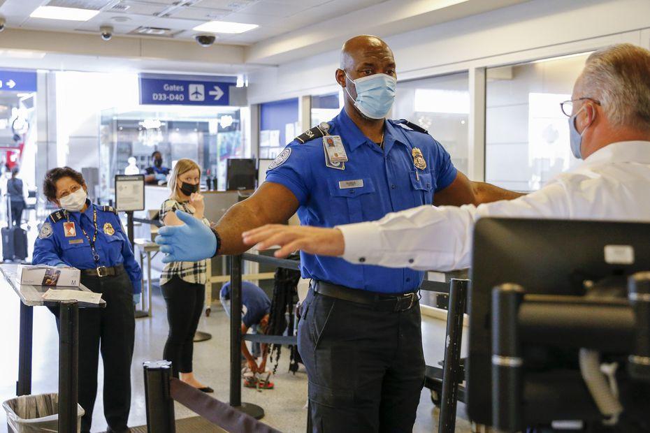 Después de los ataques del 11 de septiembre de 2001, se creó la Administración de Seguridad del Transporte, que reemplazó a las compañías privadas que las aerolíneas contrataban para manejar la seguridad en los aeropuertos.