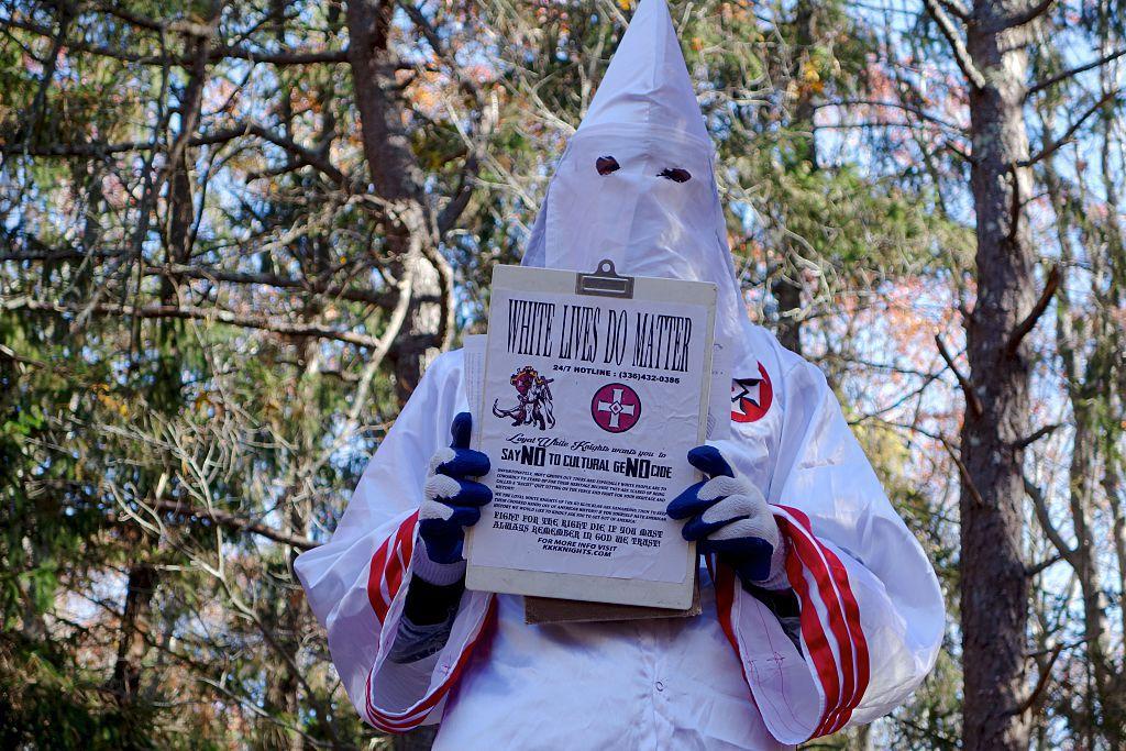 Un hombre negro se vistió con la túnica blanca del grupo racista Ku Klux Klan en un centro comercial de Virginia.