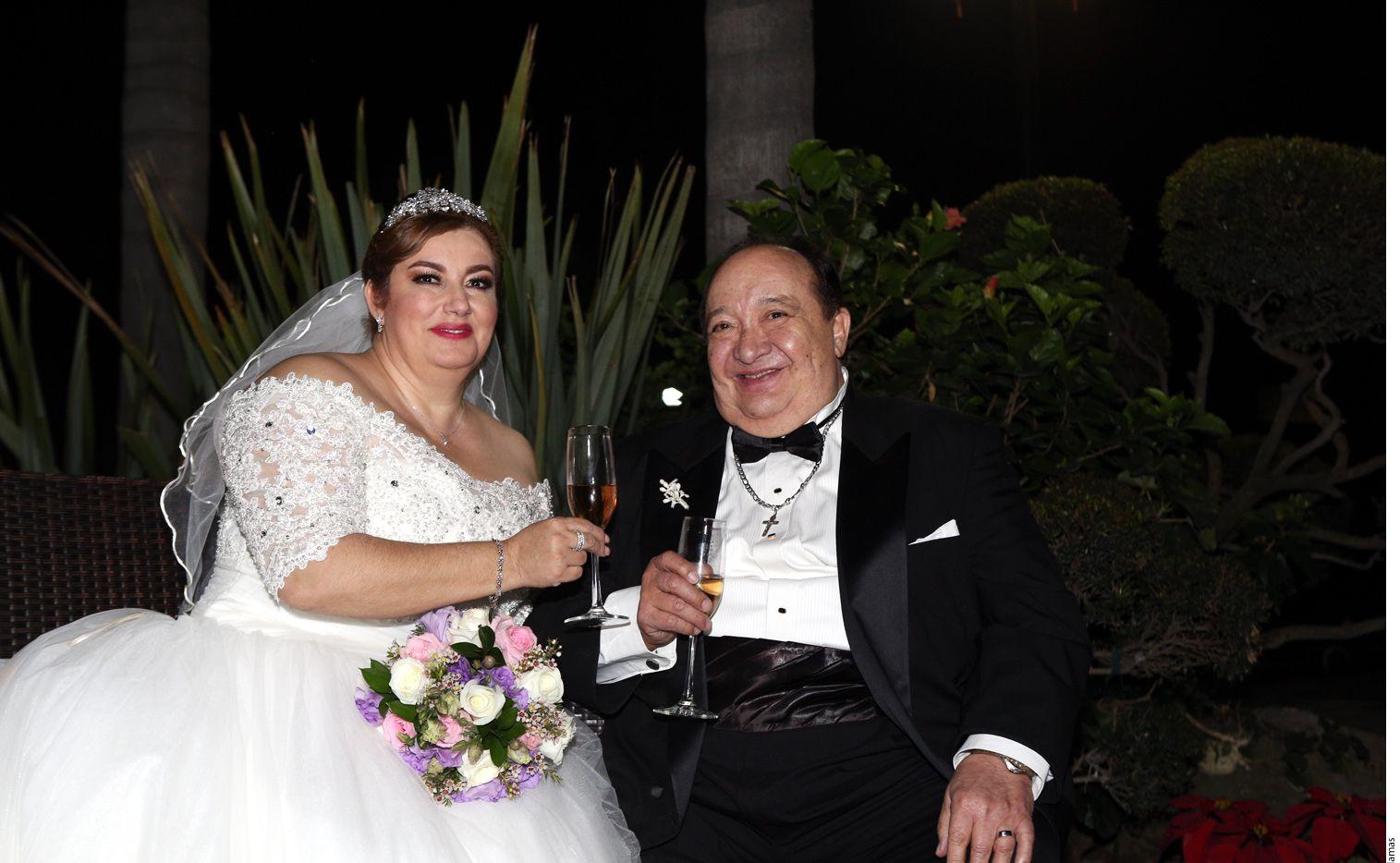Rara vez el amor es simple; la historia romántica de Luis de Alba (der.), quien se acaba de casar, tampoco lo es./ AGENCIA REFORMA