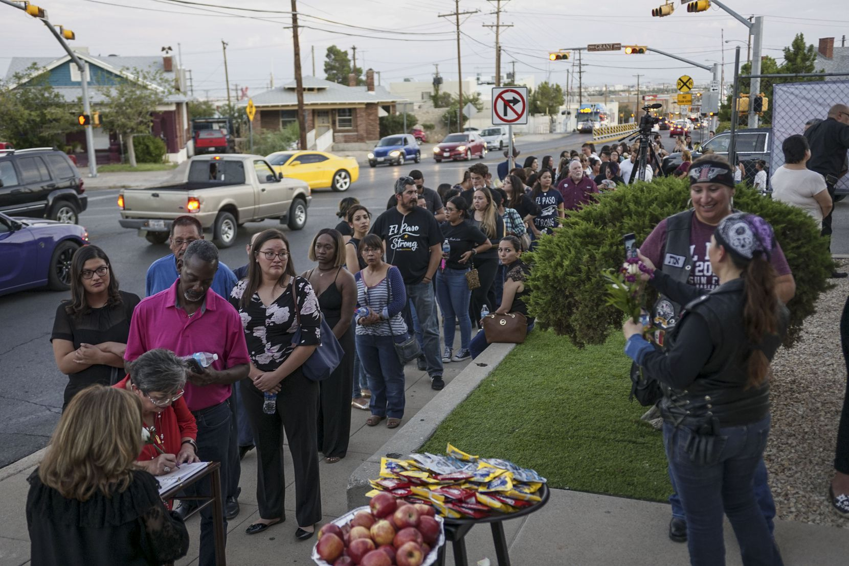 La fila de personas que esperaban ingresar por unos minutos a la funeraria para dar sus condolencias a Antonio Basco Por la muerte de su esposa  Margie Reckard.