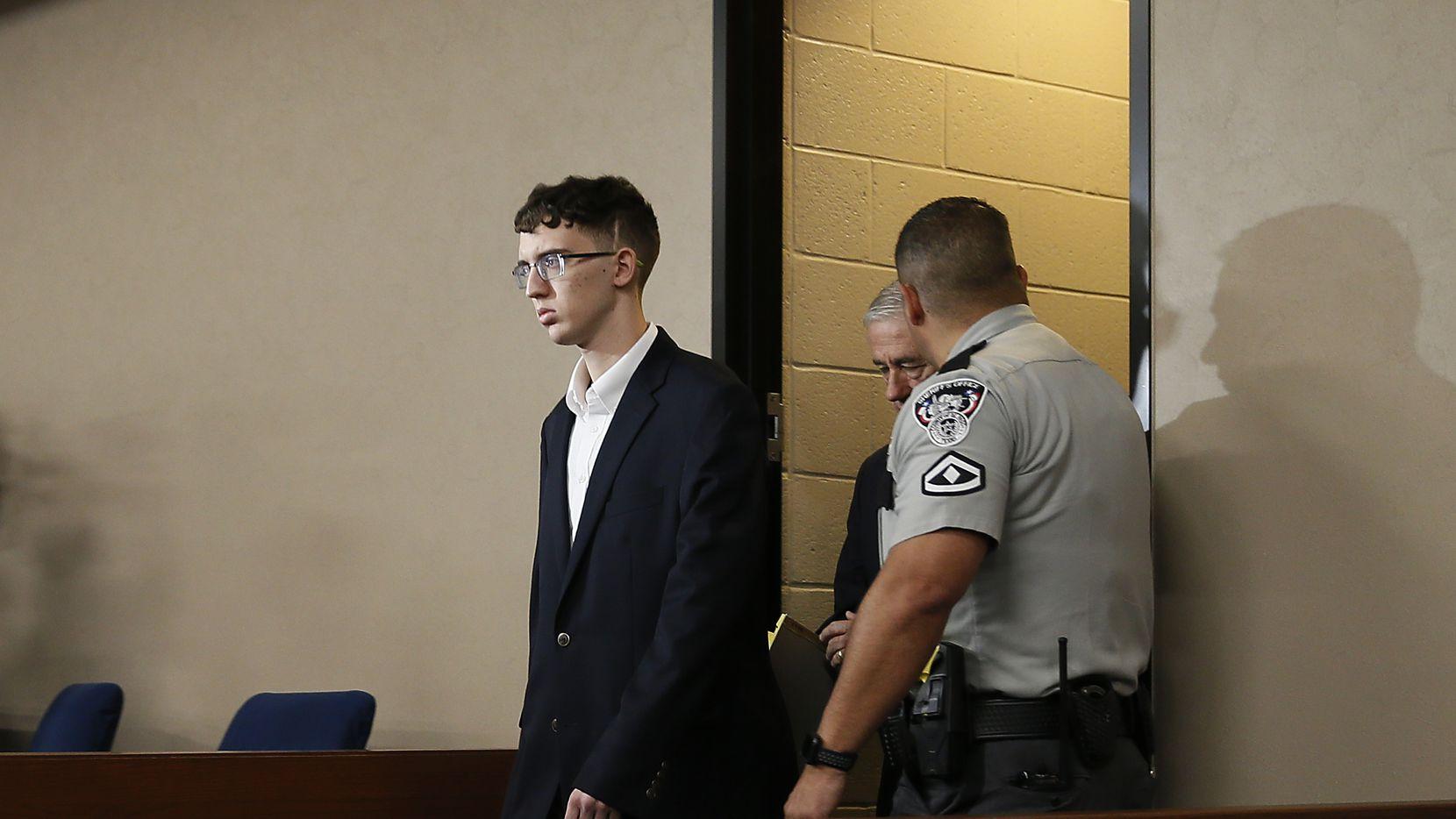Patrick Crusius arriba a la corte donde se le formularon cargos como responsable del tiroteo del 3 de agosto en El Paso.