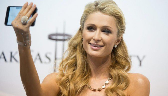 Paris Hilton y el anillo valorado en más de $100,000 que perdió en Polonia y que fue encontrado por un bombero. (AFP/GETTY IMAGES/GRZEGORZ MICHALOWSKI)