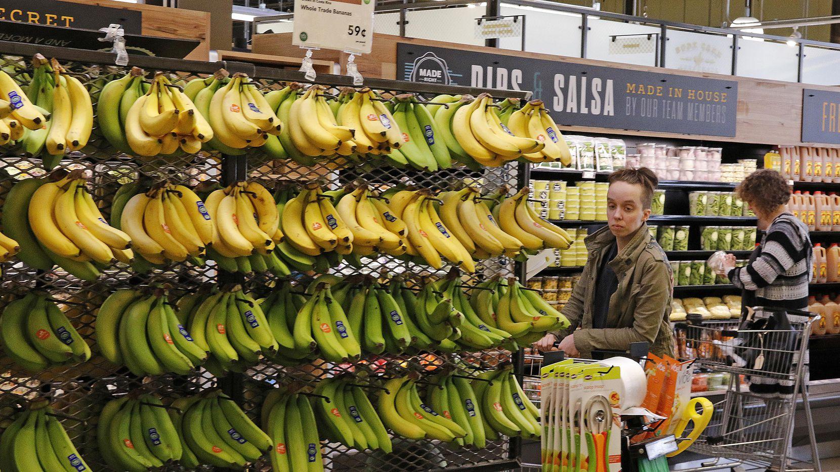 La sección de frutas y verduras de un mercado Whole Foods.(AP)