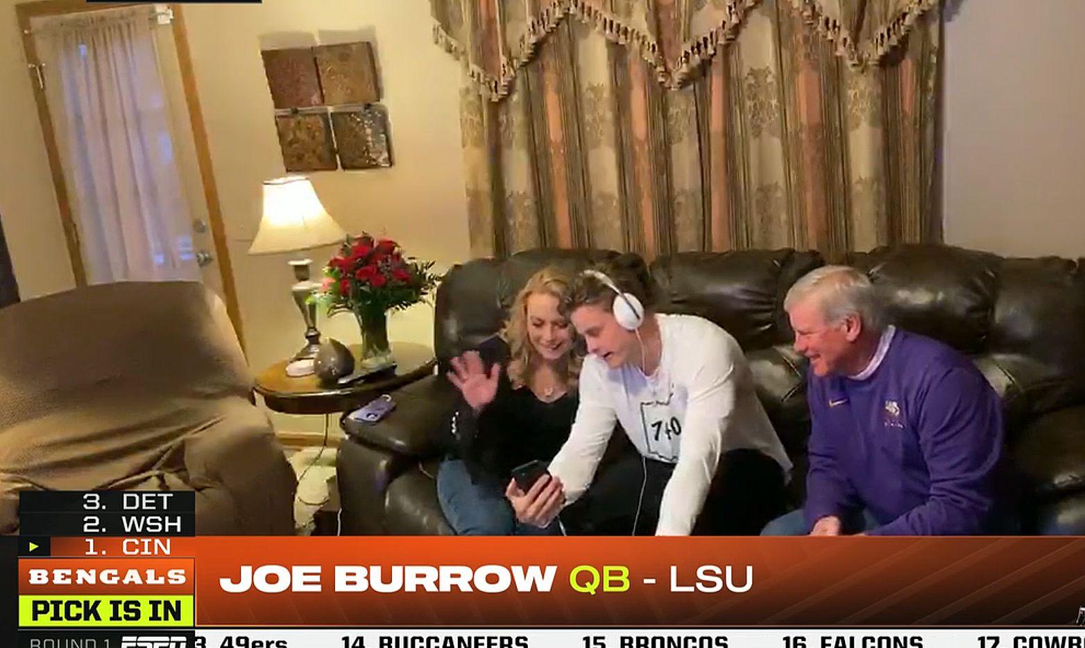 Captura de pantalla muestra a Joe Burrow en su casa en Ohio, junto a sus padres, tras ser seleccionado por los Cincinnati Bengals en la primera ronda del draft.
