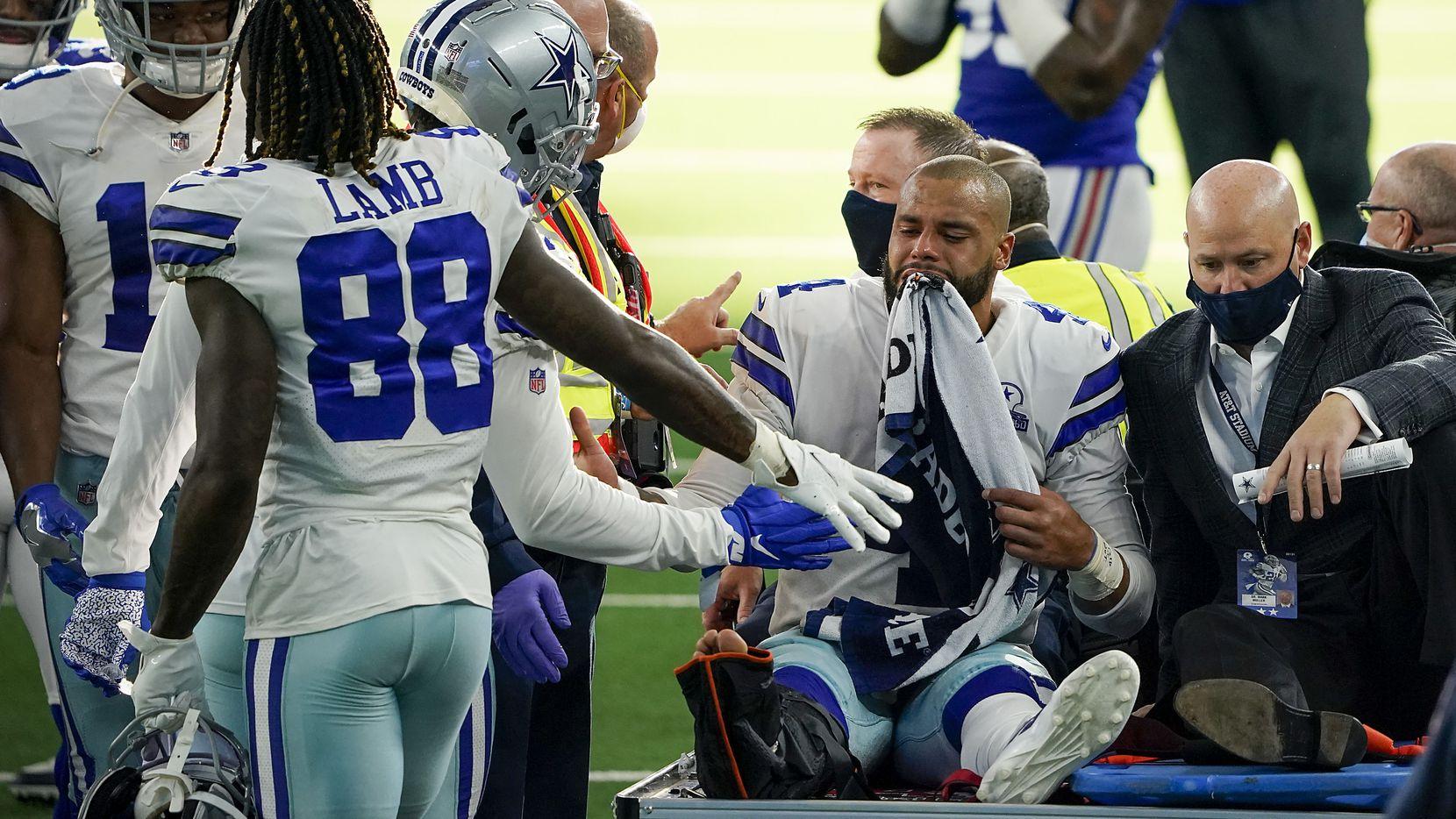 El mariscal de los Cowboys de Dallas, Dak Prescott, sale del campo de juego con evidente dolor en el rostro tras su fractura de tobillo en el juego contra los Giants de Nueva York, el 11 de octubre de 2020 en el AT&T Stadium de Arlington.