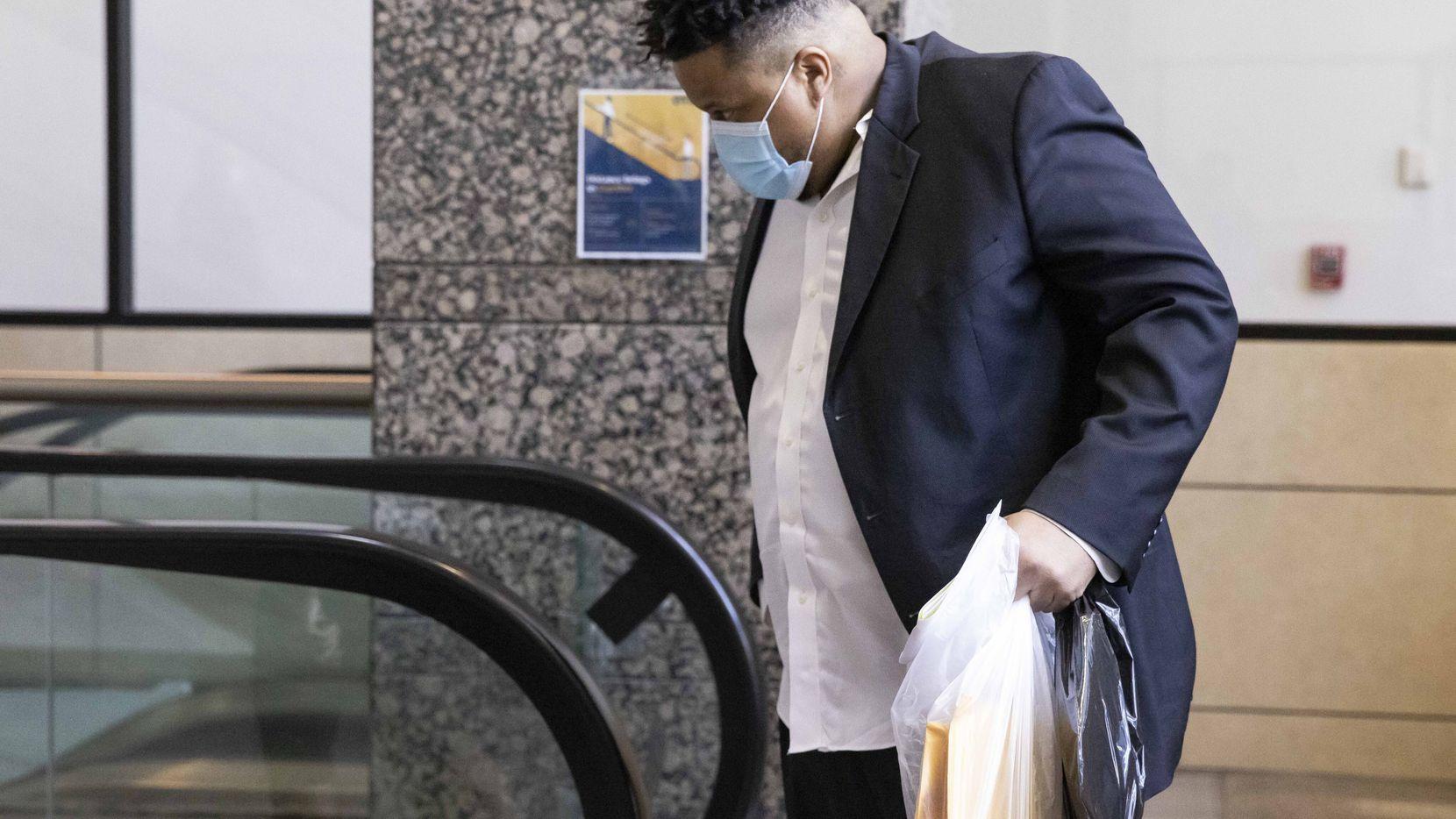Jonathan Pitts toma una escalera mecánica al salir del edificio de la corte Frank Crowley en el centro de  Dallas.