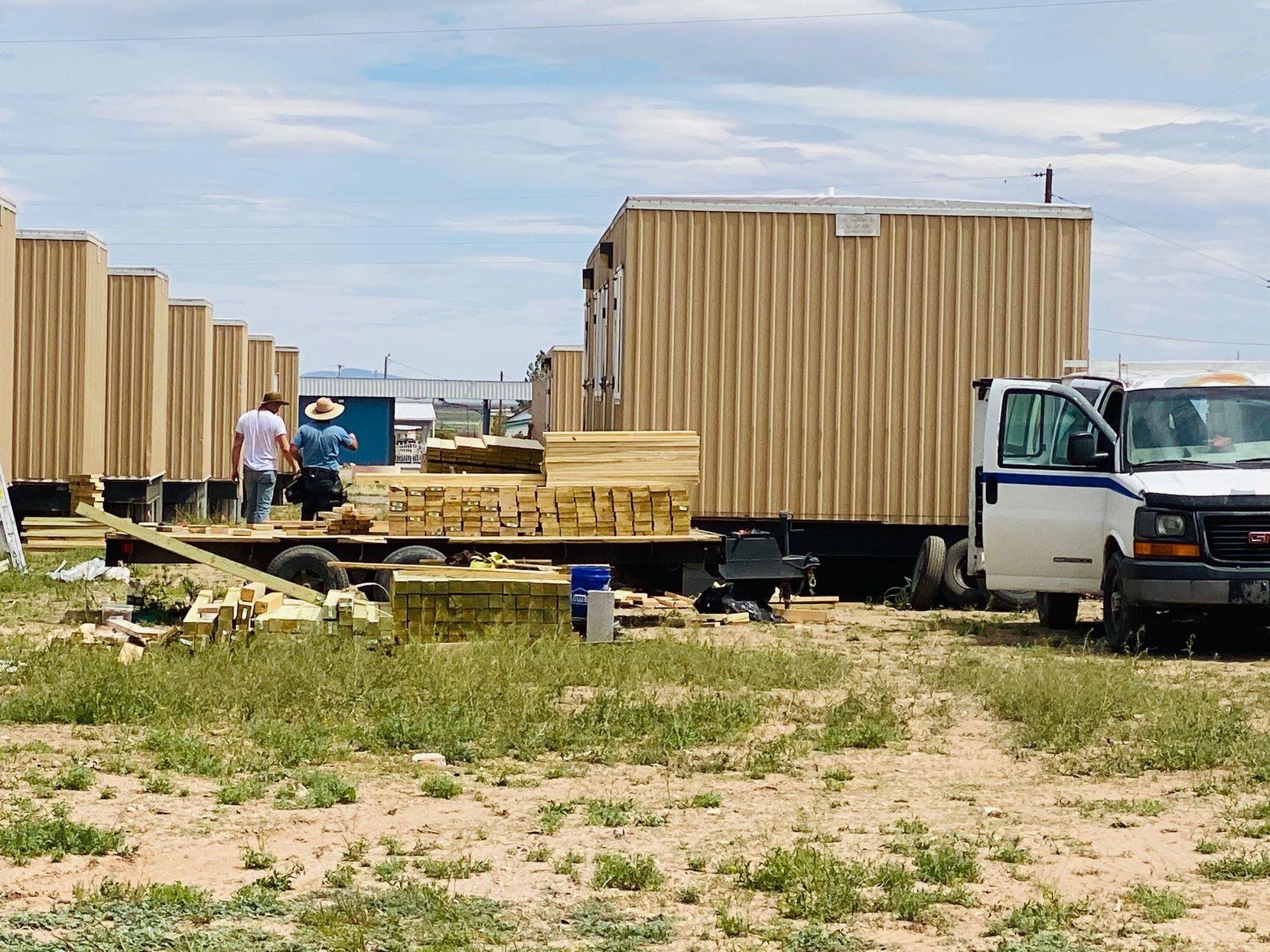 Trabajadores de la compañía SLSCO Ltd. continúan la construcción del muro fronterizo entre Columbus, Nuevo México, y Chihuahua, México.