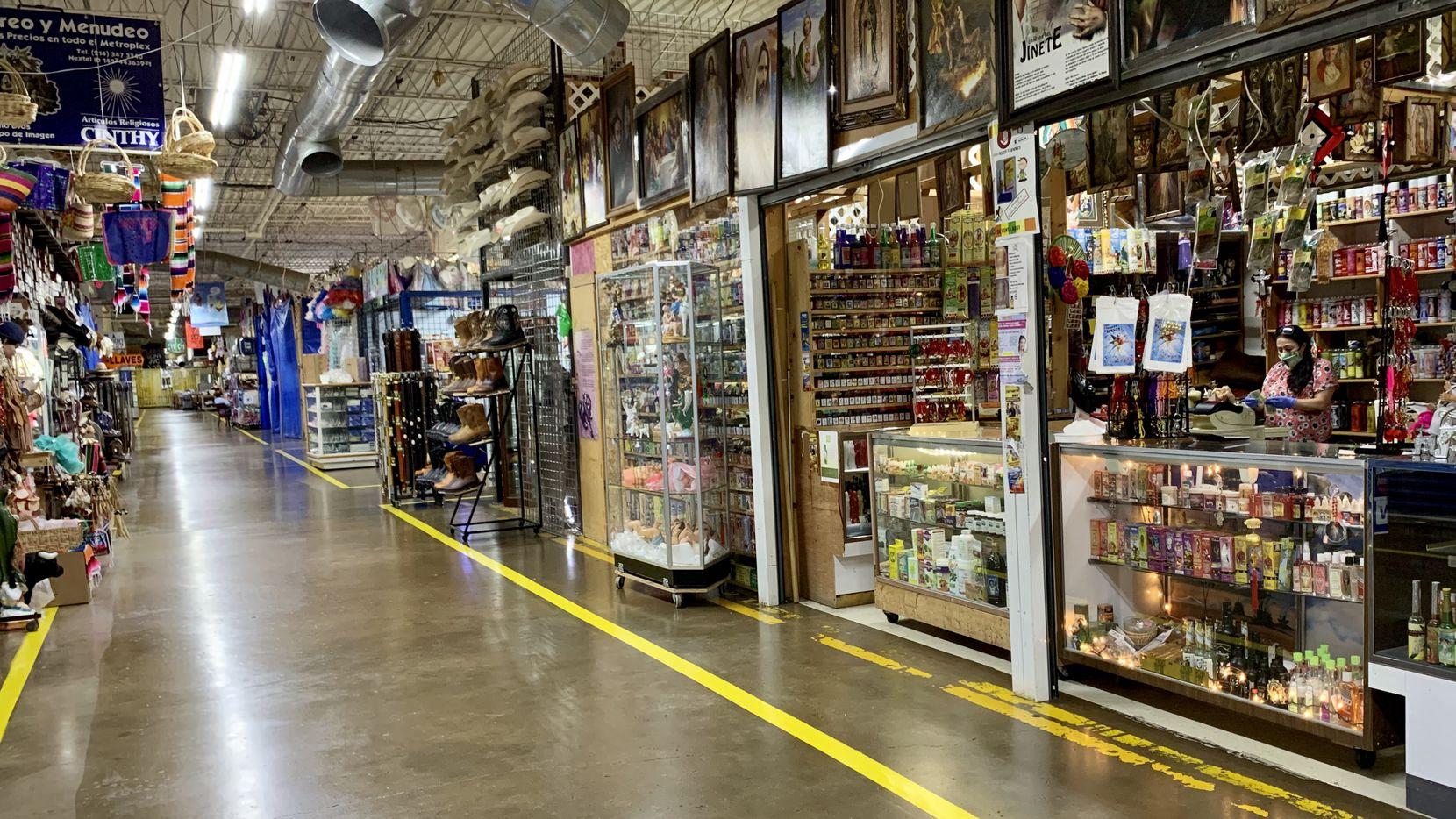 En el primer día de reapertura de la economía en Texas, los bazares hispanos lucieron vacíos. Solo algunos comercios abrieron sus puertas. Los comerciantes se dieron entre alegres por volver a trabajar, pero asustados por el coronavirus.