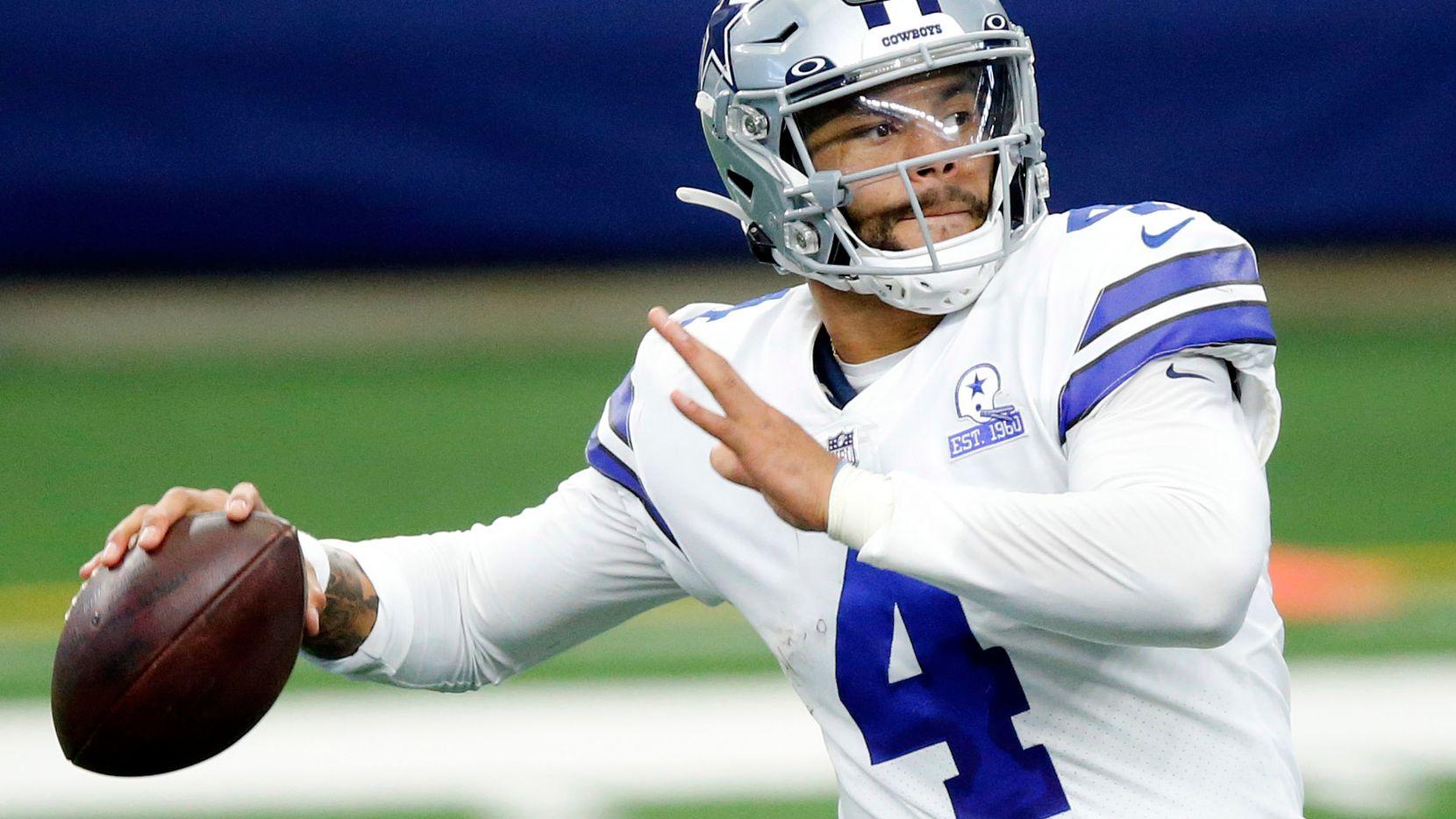 El mariscal de los Cowboys de Dallas, Dak Prescott, lanza un pase contra los Browns de Cleveland, el 4 de octubre de 2020 en el AT&T Stadium de Arlington.