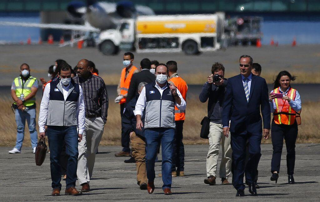 Ministro de Relaciones Exteriores de Guatemala, Pedro Brolo, (centro), baja de un avión que portaba connacionales deportados por Estados Unidos.