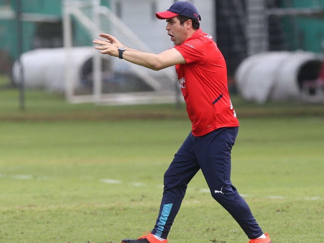 El técnico interino de Chivas de Guadalajara, Michel Leaño, da instrucciones a su equipo que se prepara para enfrentar el Clásico contra Águilas del América.