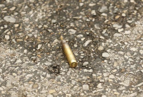 Un casquillo de bala en la calle poco después del tiroteo a una corte federal en Dallas. TOM FOX/DMN