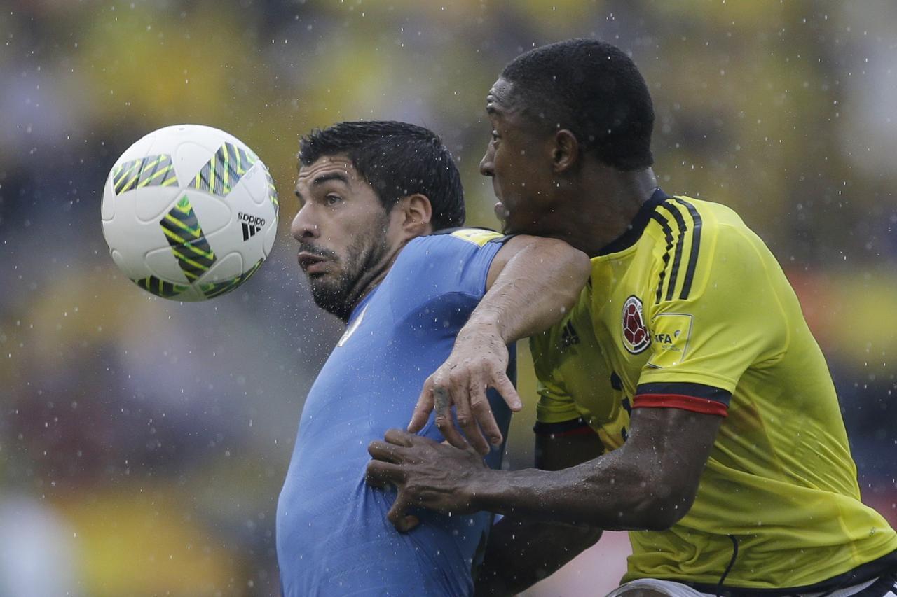 Luis Suárez (izq.) y Oscar Murillo pelean por el balón en el partido entre Uruguay y Colombia el martes en Barranquilla, Colombia.(AP)
