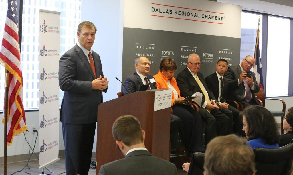 El alcalde de Dallas Mike Rawlings participó en el panel en Dallas Regional Chamber. DMN