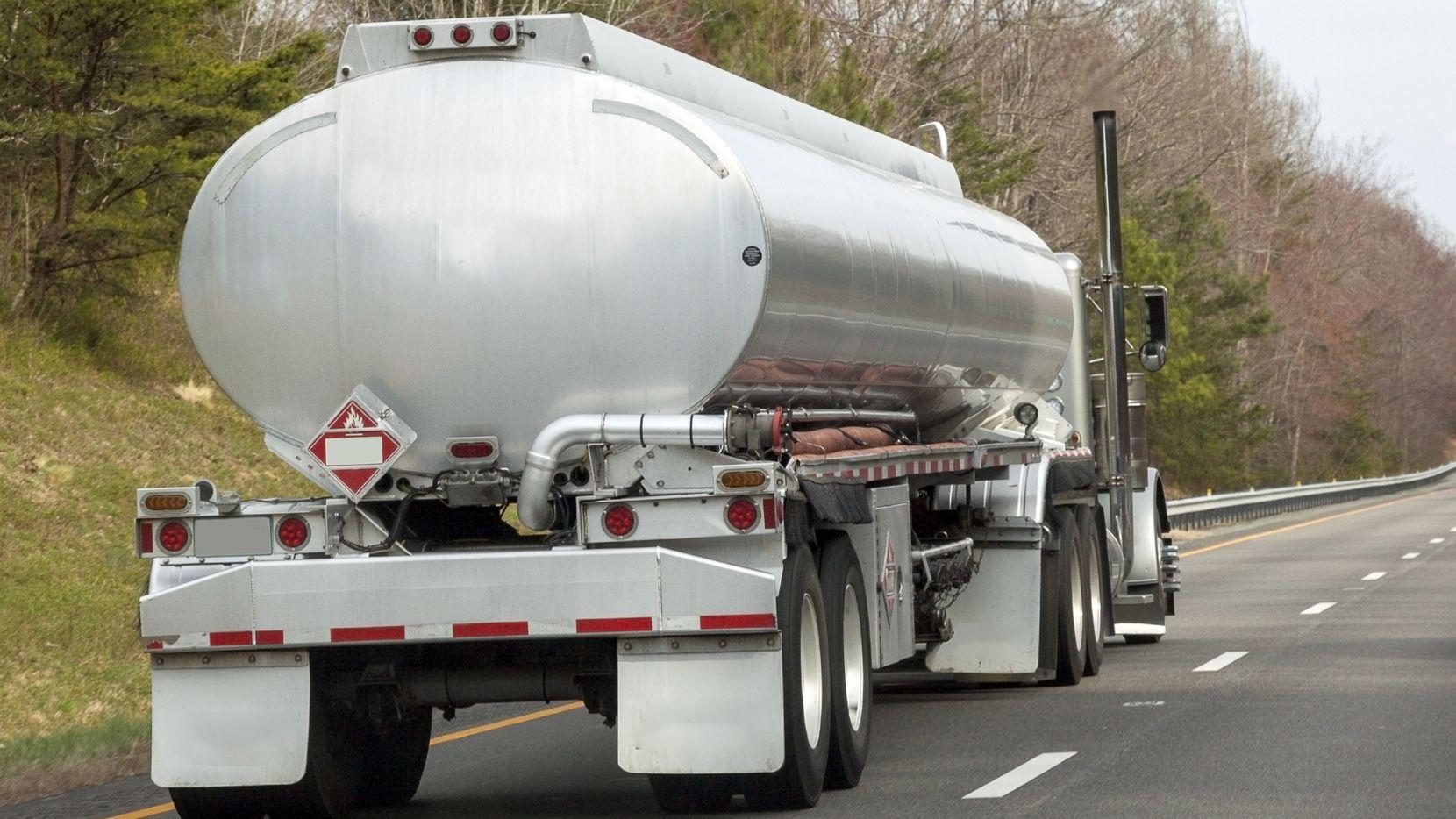 Las autoridades locales y federales buscan en Texas un camión cisterna color blanco (no el de la imagen), donde aparentemente viajaba un grupo de alrededor de 80 inmigrantes indocumentados que llamaron al 911 pidiendo auxilio porque se quedaban sin aire.