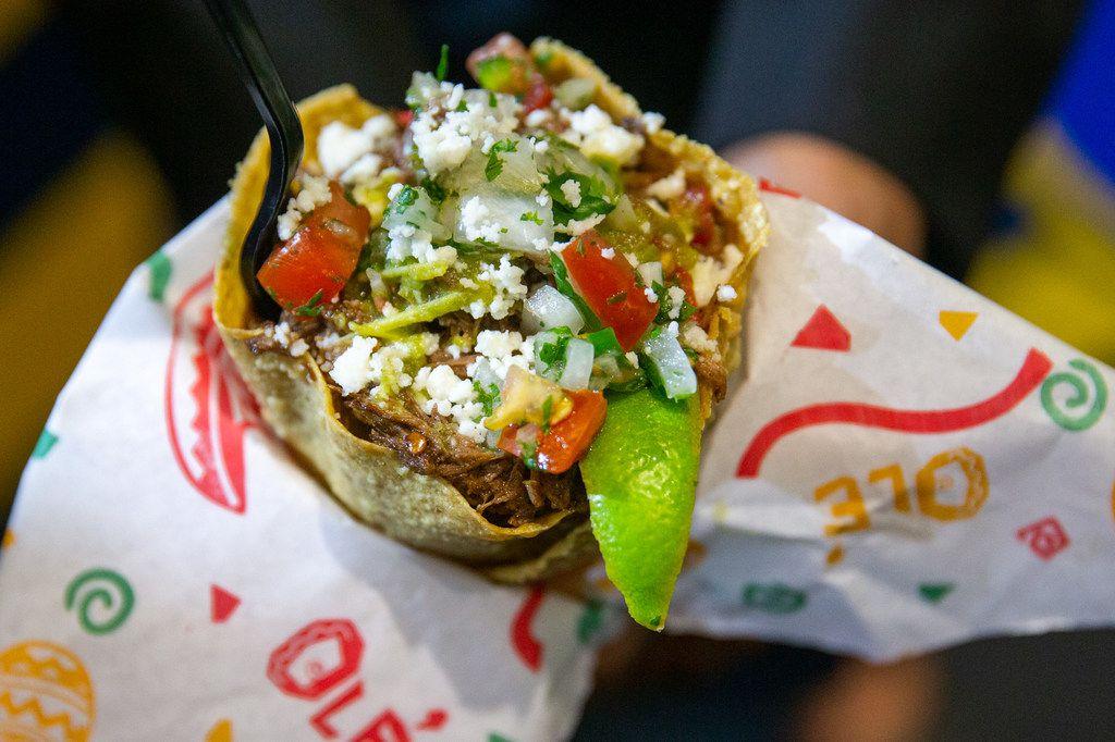 Ruth's Stuffed Fried Taco Cone ganó el premio al mejor sabor de los Big Tex Choice Awards. Se trata de un taco frito con frijoles, barbacoa y arroz al cilantro.