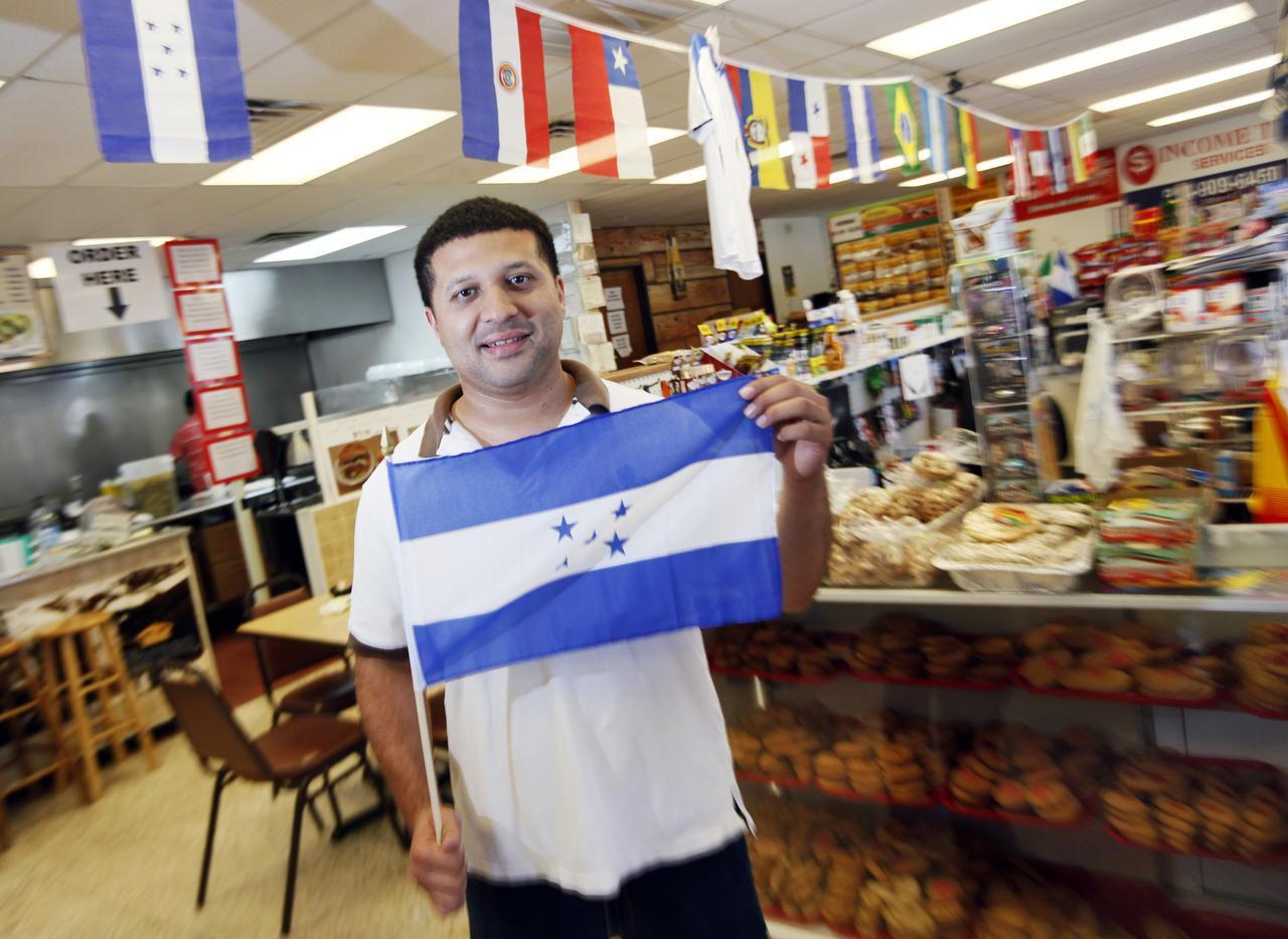 José Velásquez, de 29 años, en su negocio Tienda Honduras Maya, en Garland. (ESPECIAL PARA AL DÍA/BEN TORRES)