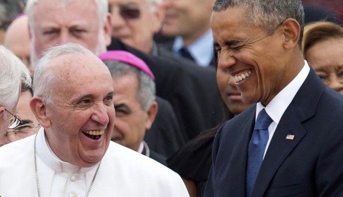 El papa Francisco junto a Barack Obama luego de su arribo a la Base de Andrews, en Maryland el martes. (AFP/GETTY IMAGES/SAUL LOEB)