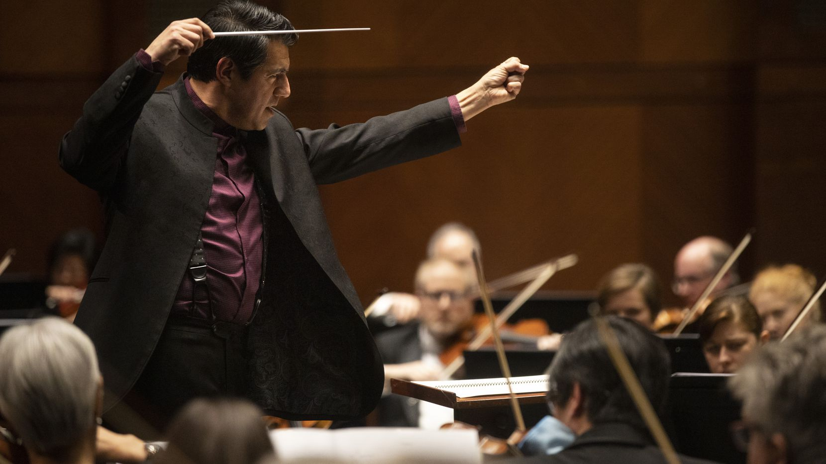 Conductor Miguel Harth-Bedoya leads the Fort Worth Symphony Orchestra in 'Clockworking' by María Huld Markan Sigfúsdóttir during a concert at Bass Performance Hall in Fort Worth, Texas, on Friday, Jan. 10, 2020.