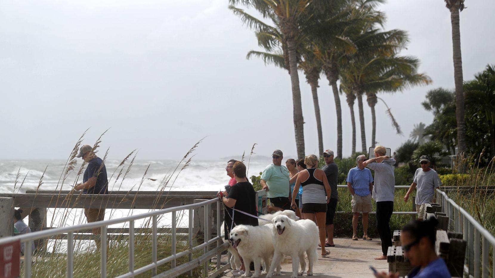 Personas empiezan a sentir los fuertes vientos provocados por el huracán Dorian en el Océano Atlántico.