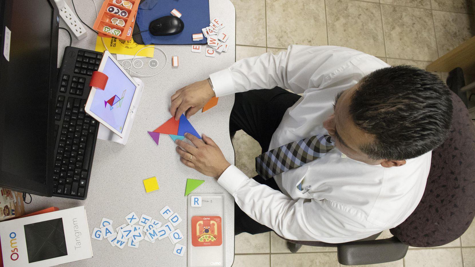 Javier Aguilar resuelve un rompecabezas con Osmo, una aplicación que usa en sus clases en East Fort Worth Montessori Academy. (AL DÍA/JAVIER GIRIBET)