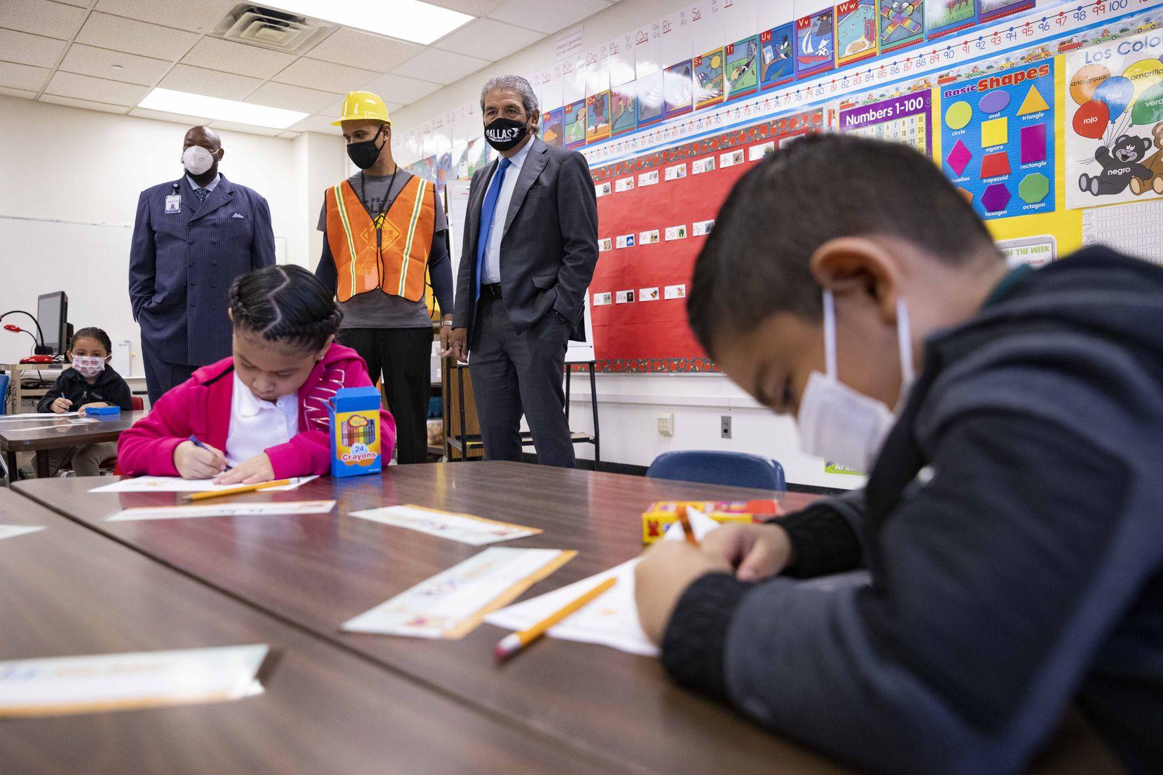 El superintendente Michael Hinojosa visita un aula de la primaria H.I. Holland que fue una de las primeras in iniciar clases. Esta escuela busca recuperar algo del tiempo perdido durante la pandemia para igualar el aprendizaje de sus estudiantes hasta el fin de este ciclo escolar.