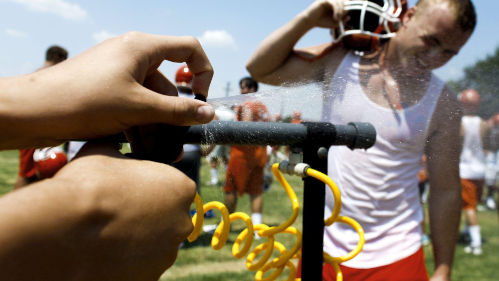 Atletas necesitan hidratación constante para prevenir un golpe de calor.