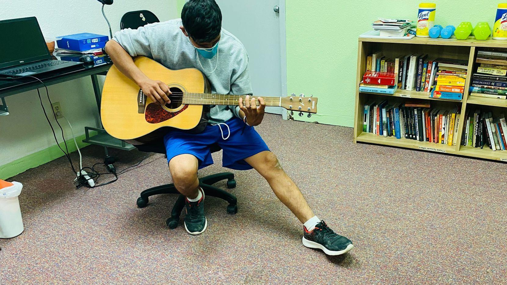 Manix, un migrante de Guatemala, interpreta una canción de cumpleaños el 28 de mayo en un centro de refugio en El Paso.