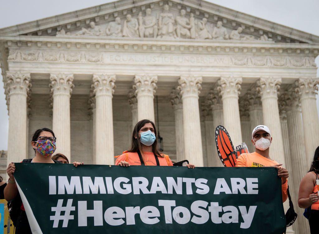 Personas que apoyan el programa DACA se manifestaron frente a a Corte Suprema de Estados Unidos el 18 de junio de 2020.
