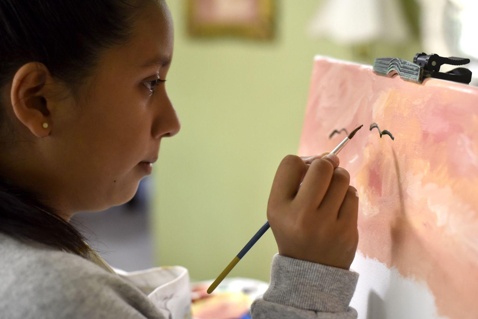 A Gabriella Sosa, de 14 años le encargaron 40 pinturas para los techos del Texas Health Presbyterian Hospital de Plano.