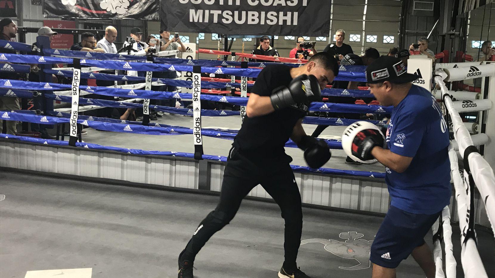 Vergil Ortiz Jr. (izq) durante una sesión de entrenamiento con Robert García en el gimnasio que el manejador tiene en Riverside, California, el 3 de diciembre.