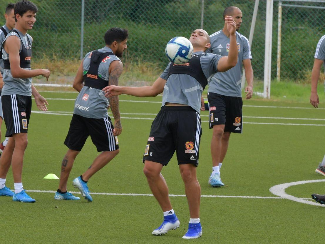 El defensa de Tigres, Jorge Torres Nilo, controla el balón en una práctica de su equipo en Monterrey.