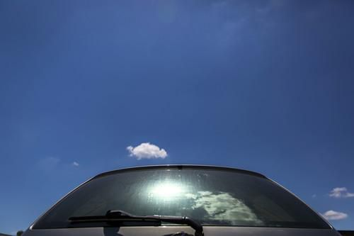 El calor aumenta al extremo al interior de los vehículos en el verano. Un bebé puede morir en pocos minutos si es olvidado por un adulto. (DMN/G.J. McCARTHY)