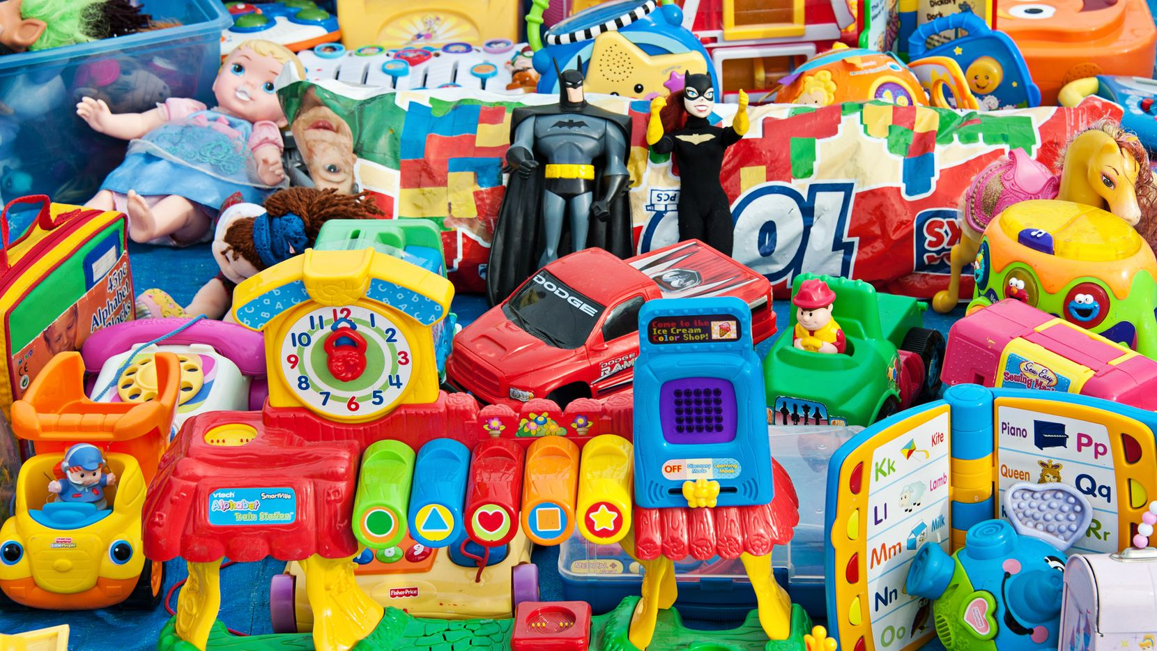 Quienes deseen donar juguetes para regalarlos en los eventos Navidad Azul de la Policía y Bomberos de Irving pueden comprarlos en Amazon en una lista que habilitaron las corporaciones para que no tenga que salir de su casa a dejar las donaciones.