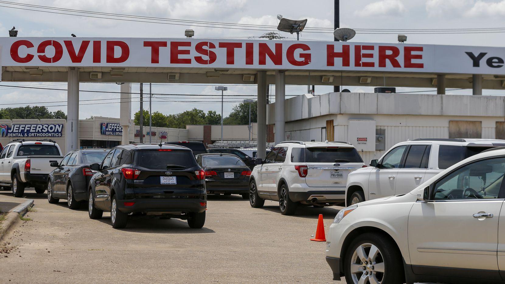 Largas filas en el sitio drive-thru de YesNoCovid en el noreste de Dallas se han visto en las últimas semanas.