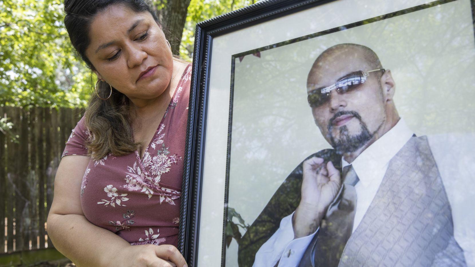 Dolores Díaz, enfermera del Hospital Parkland, con una foto de su marido, fallecido en junio pasado, mientras ella estaba al frente de la lucha contra covid-19 en Dallas.