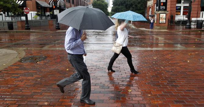 Varias partes de Dallas vieron lluvias repentinas durante la tarde del martes.   ——-  Peatones cruzan Market Street en West End, durante una breve pero intensa lluvia, en Dallas. (DMN  ——-  DMN/MICHAEL AINSWORT  ——-  MICHAEL AINSWORTH)