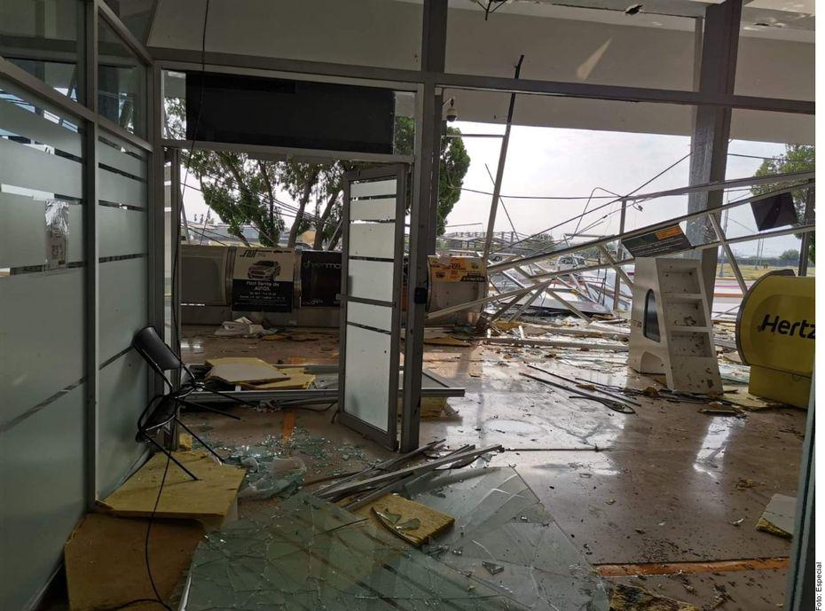 El Aeropuerto Internacional Quetzalcóatl de Nuevo Laredo fue destruido y los vuelos suspendidos hasta nuevo aviso, luego de la tromba del lunes que paralizó la ciudad fronteriza, dejó un muerto y dejó el área sin suministro de energía.