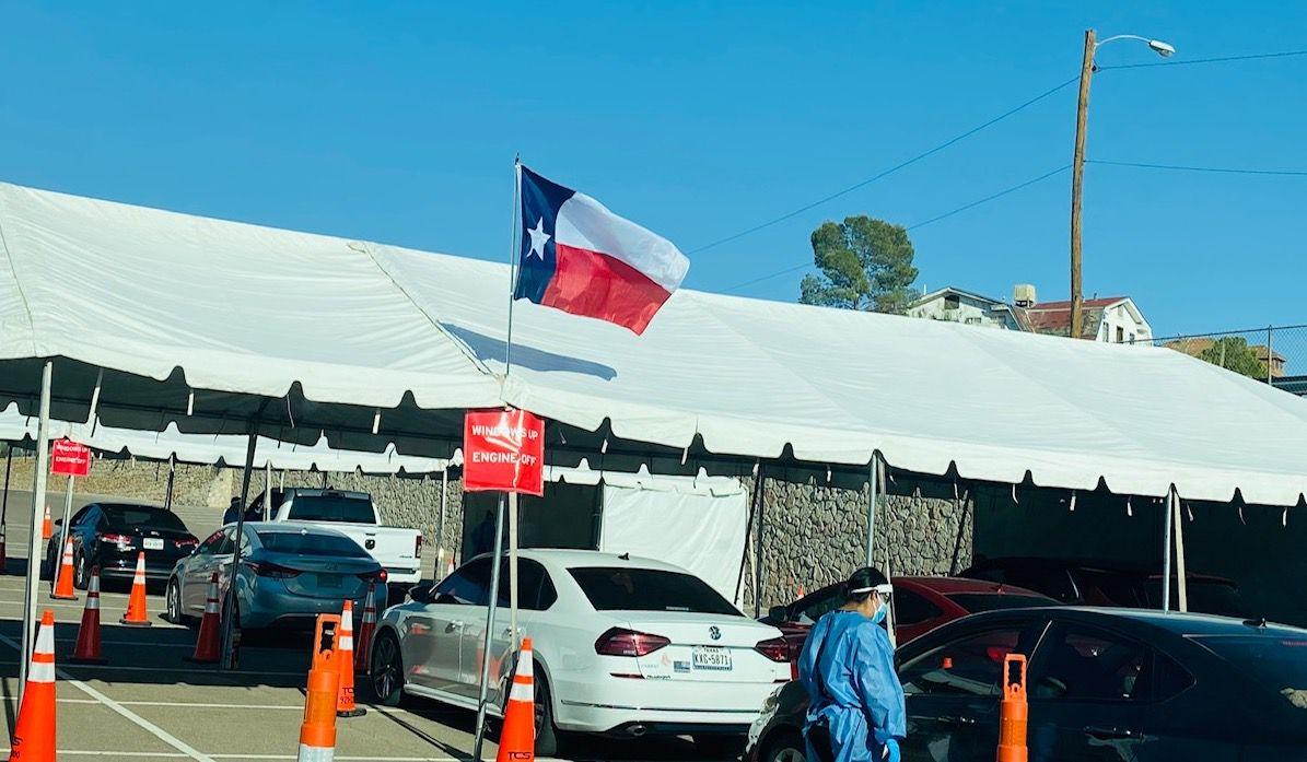 Un centro para pruebas de covid-19 en el estacionamiento de la Universidad de Texas en El Paso.