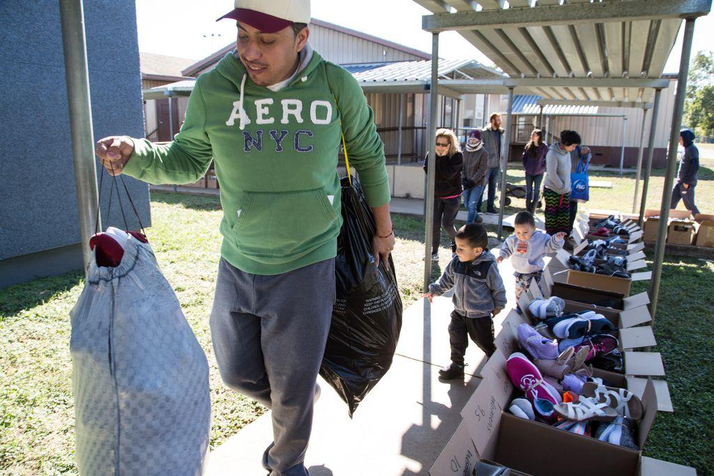 Irving Martínez recibió ayuda en The Buckner Family Hope Center en Bachman Lake, organización que entregó ayuda para afectados por el tornado.