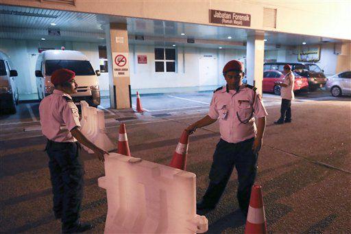 Personal de seguridad vigila la entrada al departamento forense del hospital en Putrajaya, Malasia, martes 14 de febrero de 2017.  Foto AP