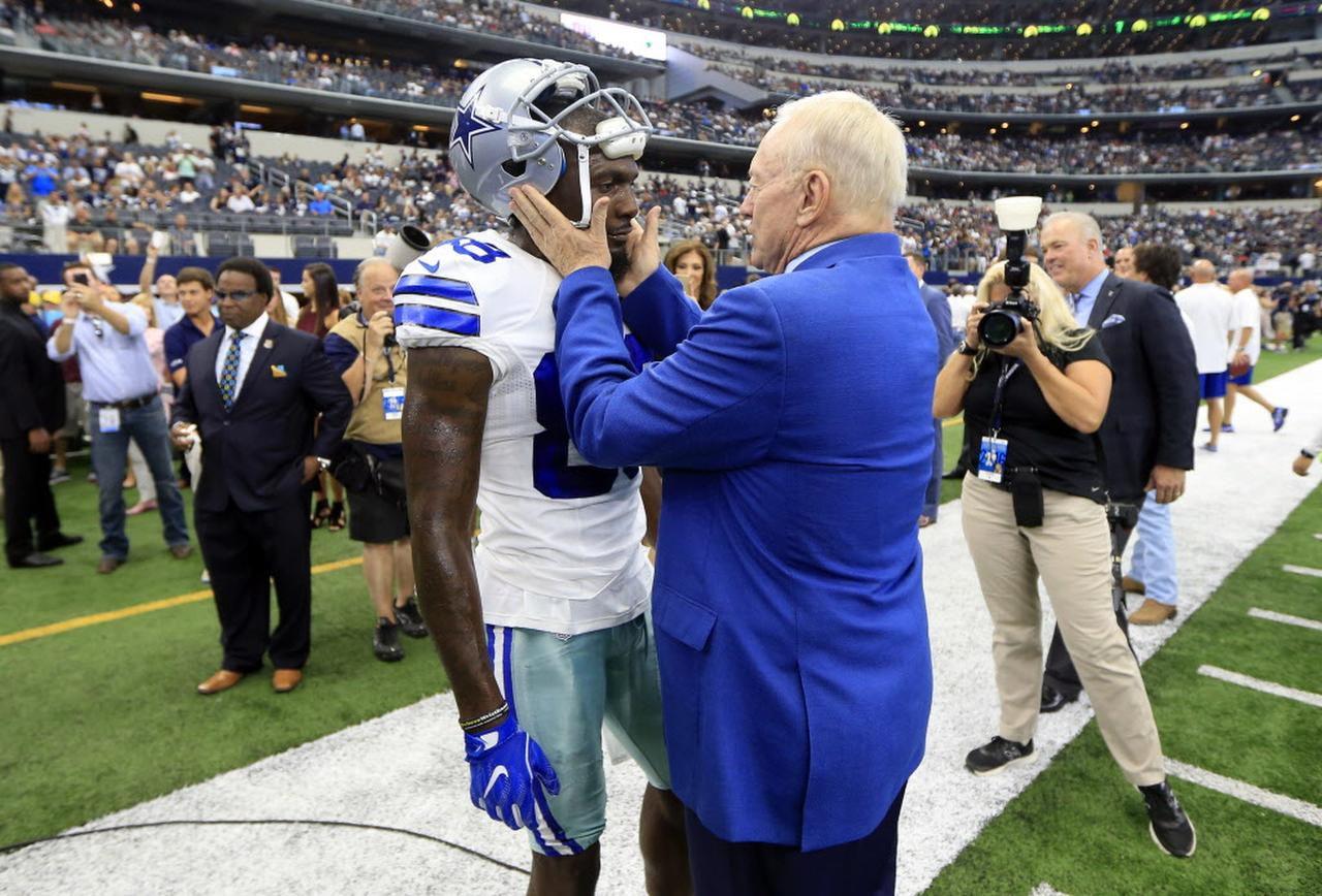 El receptor de los Cowboys Dez Bryant (88) habla con el dueño del equipo Jerry Jones antes del juego del domingo en Arlington. (AP/RON JENKINS)