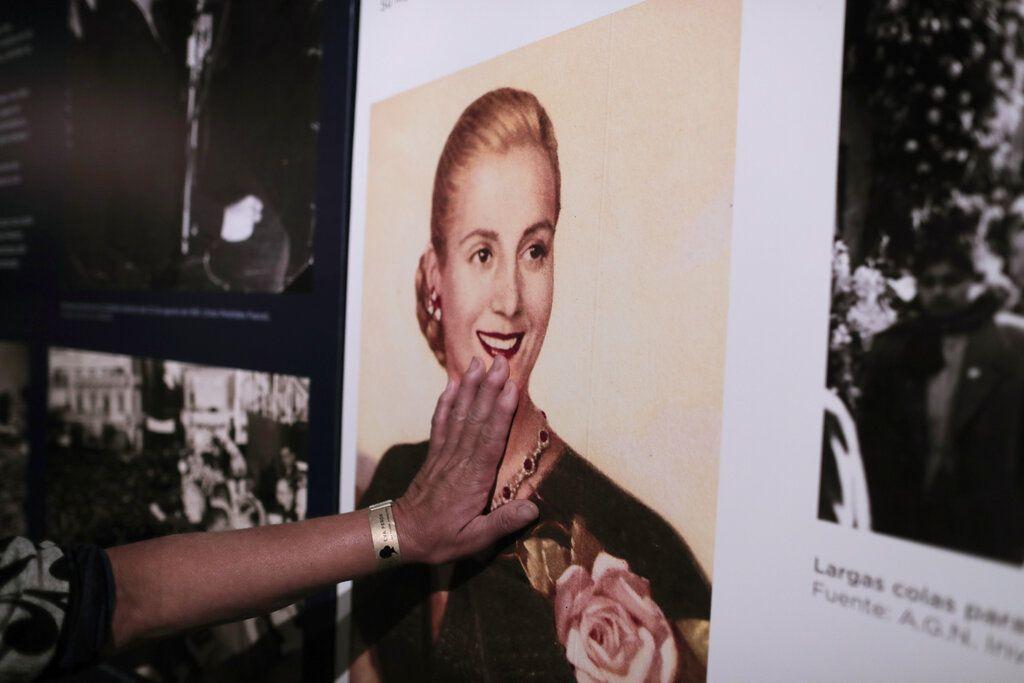 Una mujer toca una foto de Eva Perón exhibida en la Casa Museo Eva Perón en Los Toldos, Argentina, el lunes 6 de mayo de 2019. (AP Foto / Natacha Pisarenko)