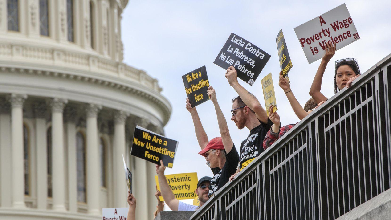 Manifestantes se congregaron frente al Capitolio en Washington D.C., en protesta a políticas migraorias que separan familias.(AP)