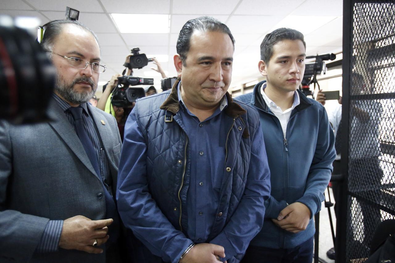 Jose Manuel Morales Marroquín, hijo del presidente de Guatemala, Jimmy Morales, (der) y su tío, Samuel Everardo Morales (centro), llegan a un tribunal de Ciudad de Guatemala. (AP/MOISES CASTILLO)