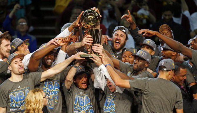 Jugadores de Golden State celebran la obtención del trofeo Larry O'Brien el martes en Cleveland. (AP/Paul Sancya)